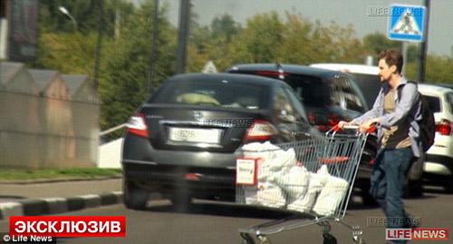 Snowden bị bắt gặp đi mua sắm tại Nga? - 1