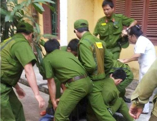 20 cảnh sát cứu cô gái bị bắt làm con tin - 1