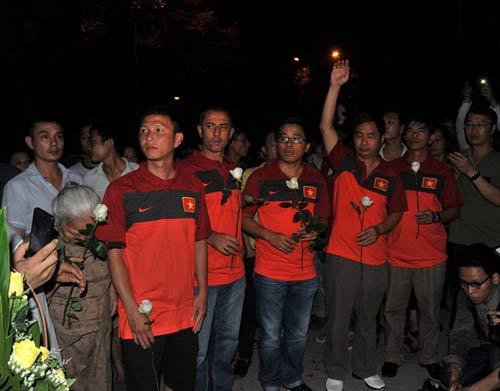 U19 Việt Nam viếng Đại tướng trong đêm - 1