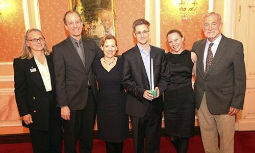 Bức hình công khai đầu tiên của Snowden ở Nga - 1