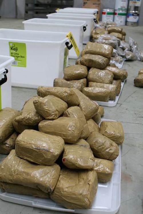 Úc: Bắt 200kg ma túy đá TQ giấu trong lốp xe - 1