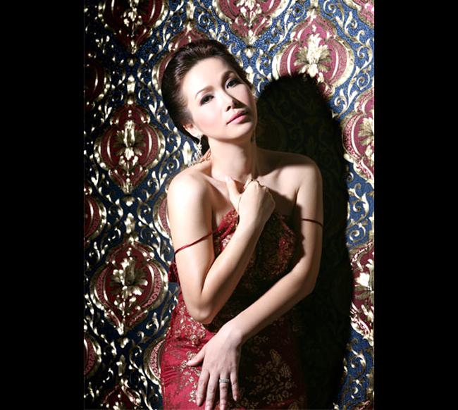 Bùi Bích Phương sinh tại Hà Nội, là hoa hậu đầu tiên của Việt Nam năm 1988 do báo Tiền Phong tổ chức.