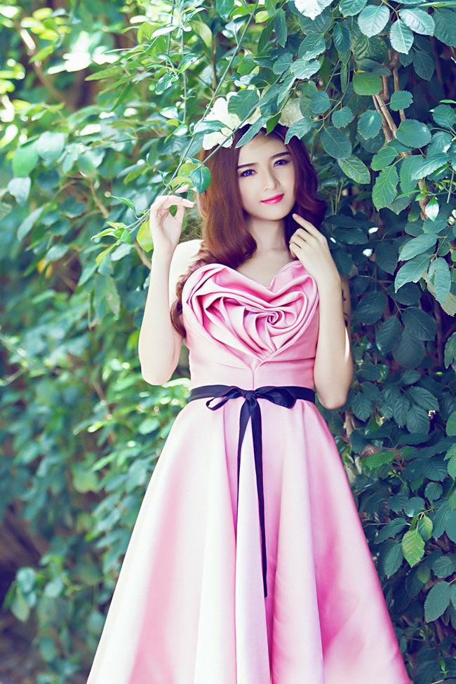 Hot girl Lilly Luta khoe vẻ đẹp mong manh trong nắng sớm Sài Gòn