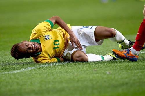 Mourinho bảo Neymar ăn vạ, Scolari đáp trả - 1