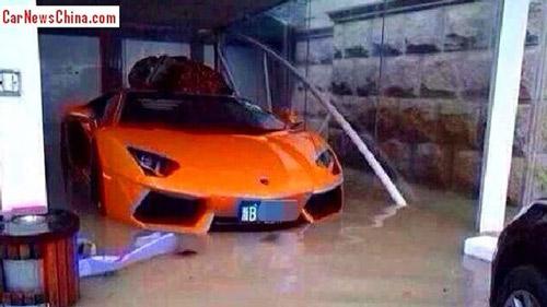 Lamborghini Aventador Roadster ngập trong nước lũ - 1