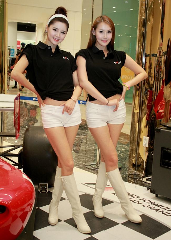 Những đôi chân dài miên man của siêu mẫu xứ Hàn bên siêu xe công thức 1 đã phần nào chứng tỏ sức hút của những người đẹp này.