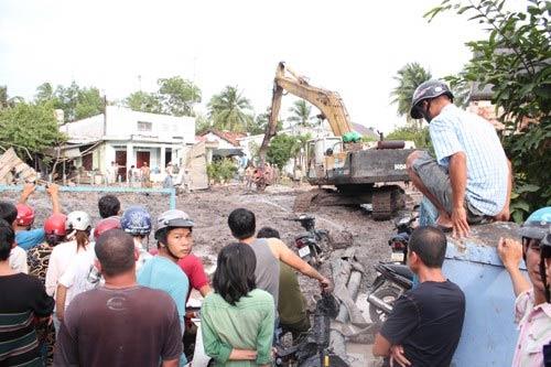 Vét cống, 1 công nhân bị hàng tấn bùn chôn vùi - 1
