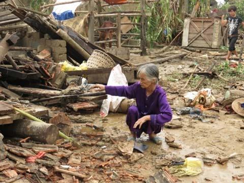 Quảng Bình: Tang thương sau cơn lốc xoáy - 1
