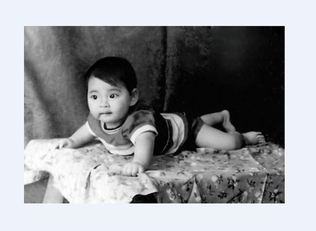 Hồ Quỳnh Hương khi còn nhỏ trông rất bụ bẫm,đáng yêu,đặc biệt làđôi mắt to tròn