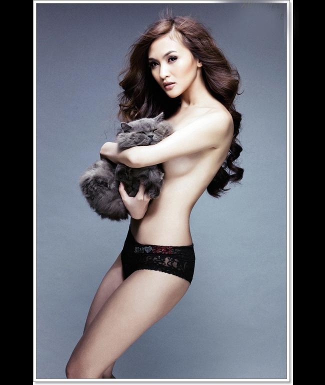 Kelly tên thật là Nguyễn Thụy Tú Anh, cô từng gây ấn tượng trong cuộc ti Miss Teen 2008