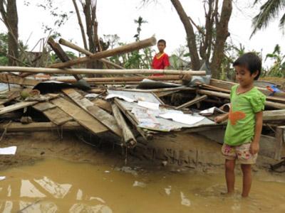 Sau bão, hàng ngàn HS chưa thể đến trường - 1