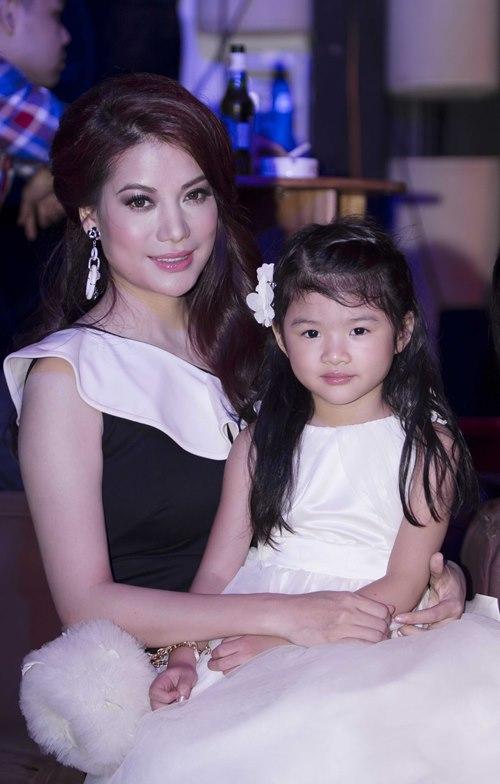 Trương Ngọc Ánh dẫn con gái diễn catwalk - 1