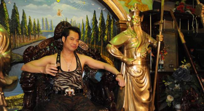 Phòng khách của nhà có các tượng Quan công mạ vàng