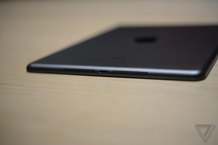 Theo Apple, iPad Air mỏng hơn 20% phiên bản cũ, chỉ dày 7.5mm và nặng 0,45kg. Đây là lần cập nhật thiết kế lớn đầu tiên của iPad kể từ khi iPad 2 ra đời tháng 3/2011.