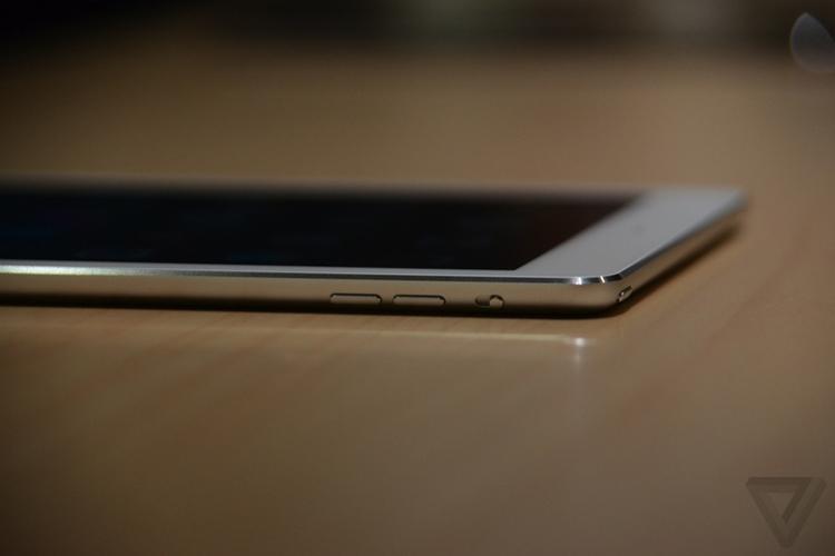 iPad Air trang bị chip A7 64-bit, bộ xử lí chuyển động M7 ra mắt trong iPhone 5s mà Apple cho biết cho tốc độ nhanh hơn 8 lần và đồ họa tốt hơn 72 lần so với bộ xử lí cũ.