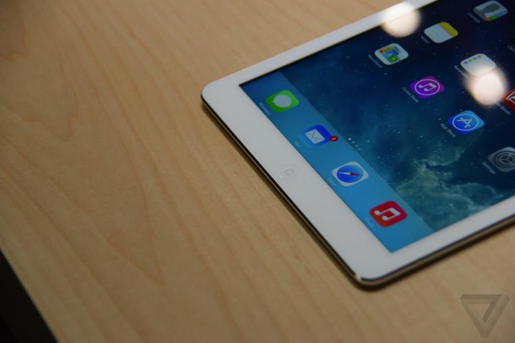 iPad Air có các màu bạc, trắng, đen, giá khởi điểm 499 USD (10,5 triệu đồng), bán ra từ ngày 1/11 năm nay. Phiên bản kết nối mạng di động giá từ 629 USD (13,2 triệu đồng).