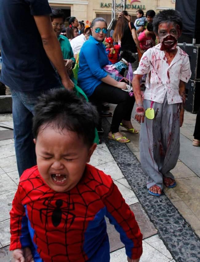 Một em nhỏ khóc thét khi nhìn thấy những hình ảnh hóa trang mùa Halloween