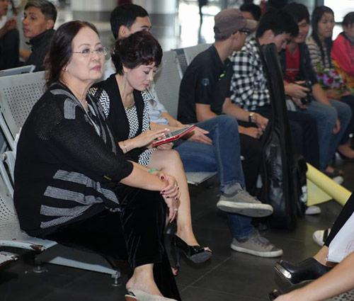 Mẹ Bằng Kiều ra sân bay đón con - 1
