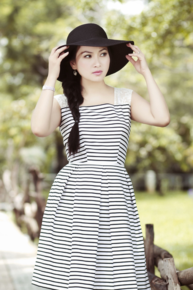 Hà Phương là ca sĩ dòng nhạc dân ca trữ tình khá đình đám ở sân khấu hải ngoại. Cô là em gái của Cẩm Ly và là chị gái của ca sĩ hải ngoại gợi cảm Minh Tuyết, hiện tại cô đang định cư ở Mỹ và có chồng là tỷ phú Chính Chu.