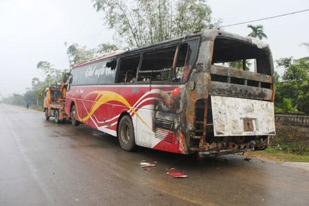 Đang chạy, xe khách 40 chỗ bốc cháy dữ dội - 1