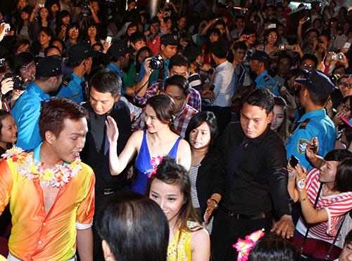 Mỹ nhân Philippines hết lòng chiều fan Việt - 1