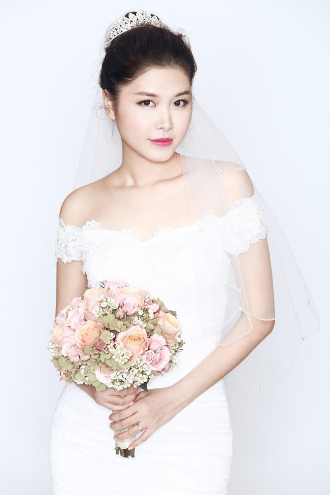 Ngoài ra, nam ca sỹ cũng sẽ sớm tổ chức tiệc cưới với sự góp mặt của đông đảo bạn bè, người thân tại TP.Hồ Chí Minh và một địa điểm bí mật khác nữa.