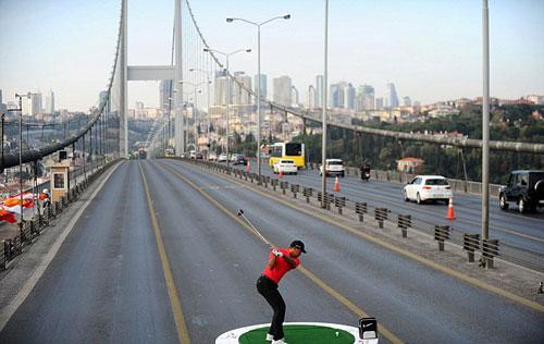 Tiger Woods đánh golf... xuyên 2 lục địa - 1