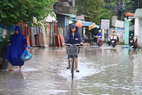 Không biết nghỉ học, teen TP.HCM lội mưa đến trường - 1