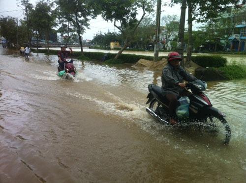 Nước sông lên nhanh, TT-Huế ngập nặng - 1