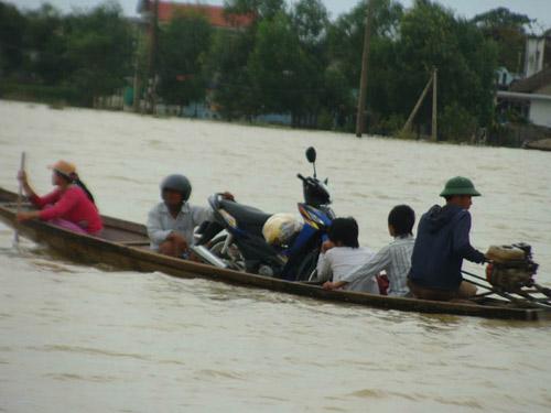 Huế: Thủy điện đồng loạt xả lũ, nhiều nơi bị nhấn chìm - 1