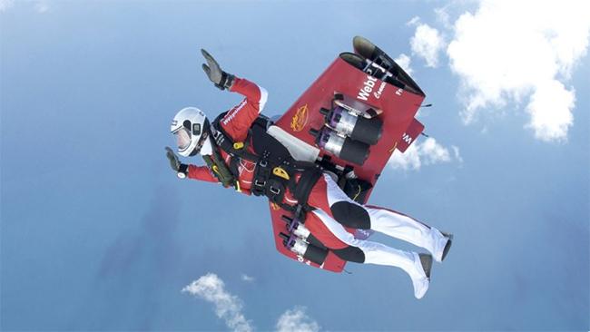 """Rossy đã xây dựng và phát triển những """"cánh bay"""" chuyên dụng như một máy bay thu nhỏ được làm bằng sợi carbon với sải cánh dài 2,4m"""