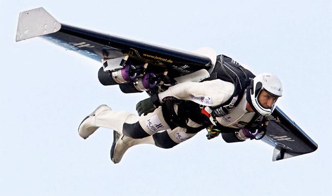 Tháng 11/2009 Rossy đã thử bay qua eo biển Gibraltar với hy vọng là người đầu tiên bay giữa hai châu lục bằng máy bay đặc biệt này.