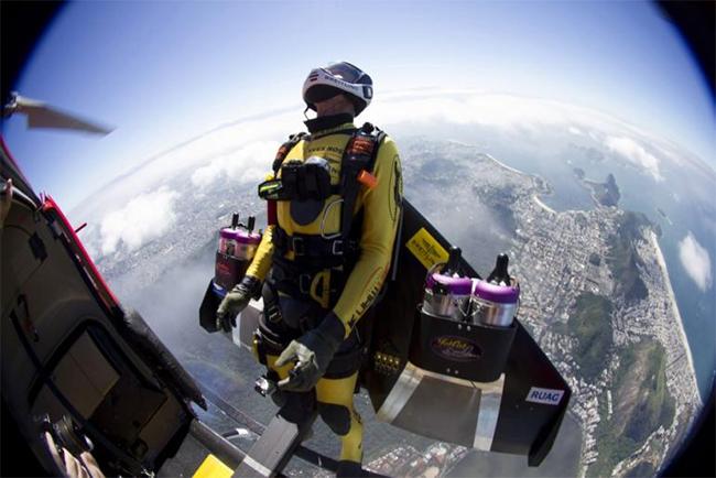 Anh đã nhảy ra từ chiếc máy bay nhỏ ở độ cao 1.950m tại Tangier, Morocco theo hướng đến Atlanterra, Tây Ban Nha.