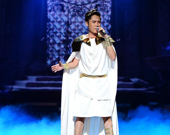 Minh Sang xuất hiện trên sân khấu đêm công bố kết quả 5 với trang phục lạ