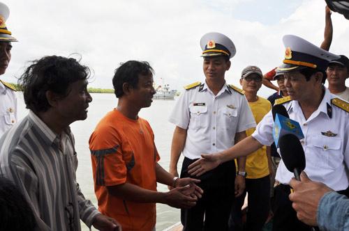 Tàu Hải quân lai dắt 2 tàu cá ngư dân vào bờ - 1