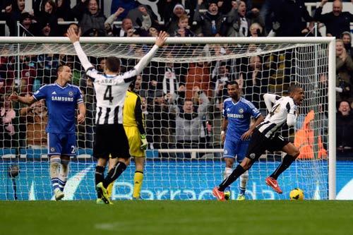 Chelsea: Mourinho vá trên, thủng dưới - 1