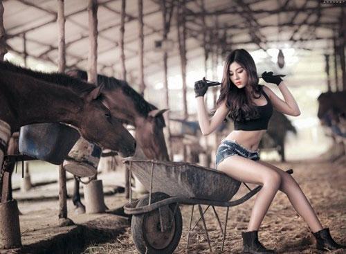 """""""Cô gái chăn ngựa"""" khoe chân dài eo thon - 1"""