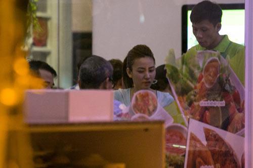 Ngân Khánh đi ăn với bạn trai mới sau sự cố lộ hàng - 1