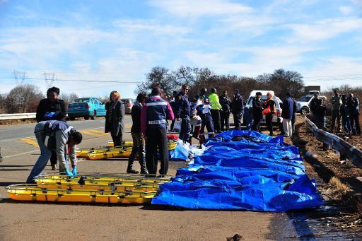 Nam Phi: Xe tải đấu đầu xe bus, 29 người chết - 1
