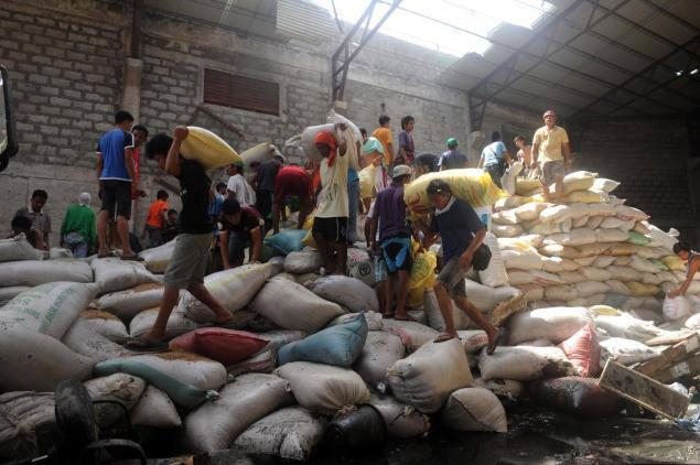 Philippines: Giẫm đạp cướp kho gạo, 8 người chết - 1