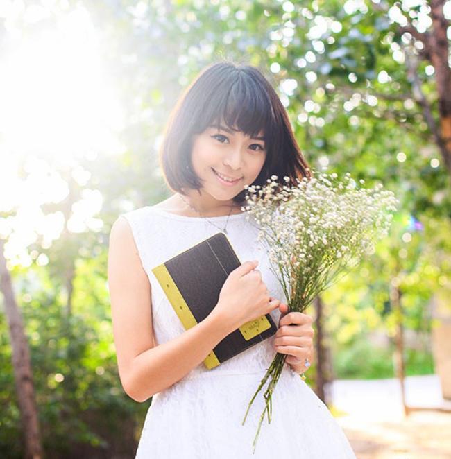 Vẻ đẹp trong sáng và nhẹ nhàng của cô gái bên những chiếc smartphone đem đến cảm giác yên bình cho người xem, hơn là những hình ảnh nóng bỏng và thiếu vải.