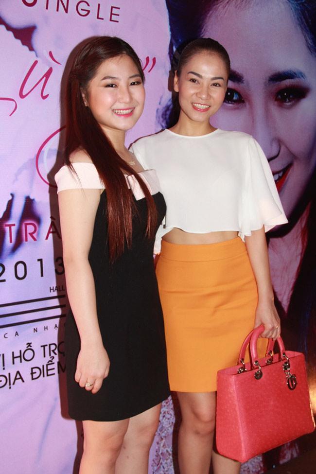 Thu Minh tới chúc mừng trong buổi ra mắt MV Ngại Ngùng của Hương Tràm vào tháng 5/2013.