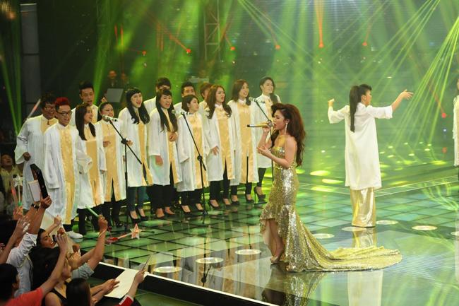 Hương Tràm hát 'Queen of the night', với sự trợ giúp của chính HLV Thu Minh và dàn hợp xướng Team Thu Minh.