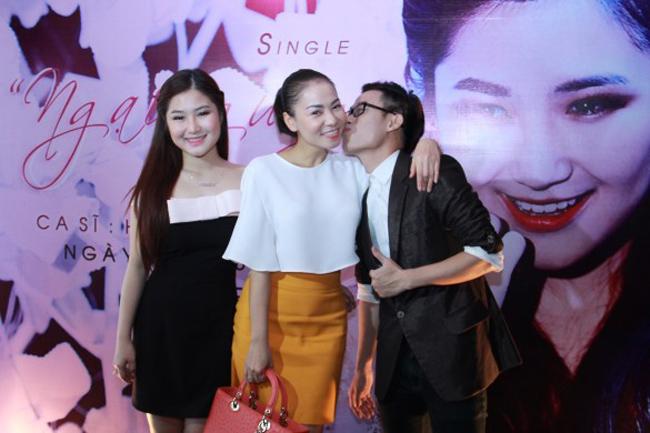 Thu Minh bên hai người học trò cưng.