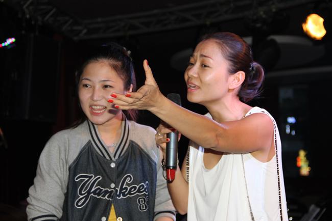 Thu Minh hướng dẫn Hương Tràm trong hậu trường The Voice, tháng 11/2012.