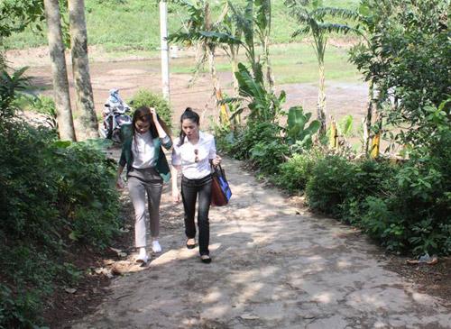 Hà Hồ, Lệ Quyên giản dị đi từ thiện - 1