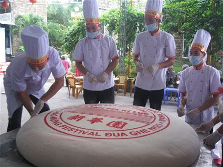 Chiếc bánh Pía nặng 306kg - 1