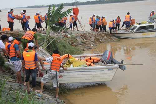 Phó giám đốc CA tỉnh vác mì tôm cứu trợ vùng lũ - 1