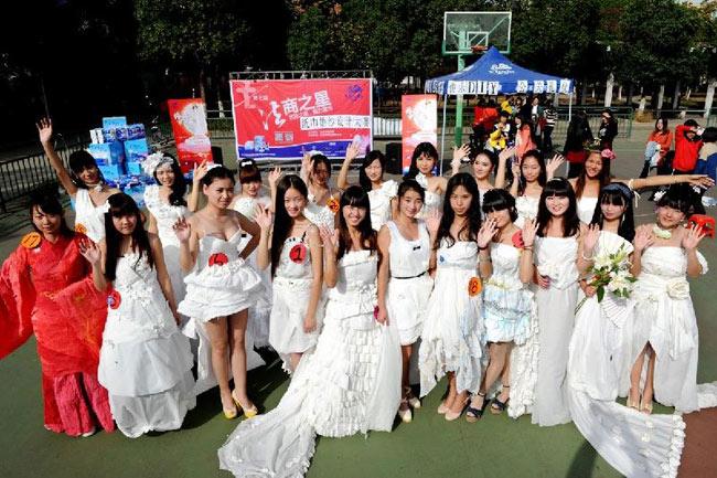 Một nhóm 25 sinh viên nữ đã chịu làm người mẫu.