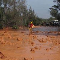 Vỡ hồ bùn titan, 3 người suýt bị cuốn ra cửa biển